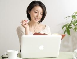 パソコンで学習する女性